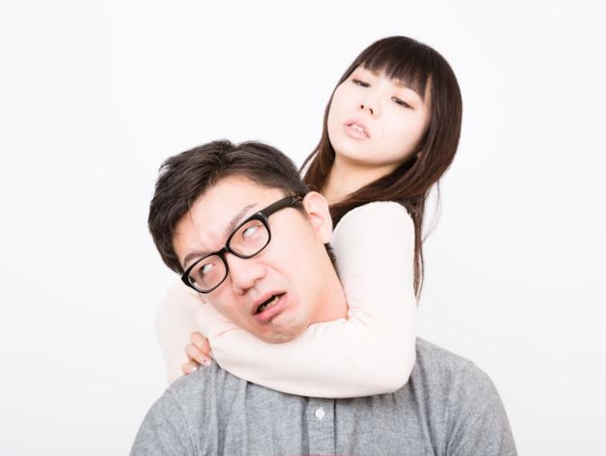 夫の首をしめる妻