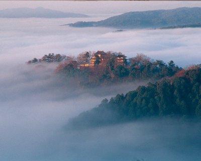 雲海に浮かぶ備中松山城を望む展望台